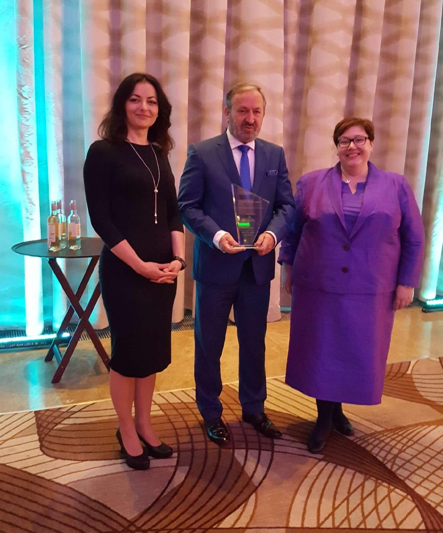 Przedstawiciele Gdańskiego Urzędu Pracy odbierają nagrodę